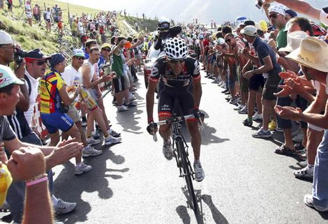 Spanish rider Carlos Sastre climbs during the 16th stage of the Giro d'Italia in Monter Petrano