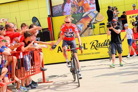 Chris-Froome-2017-Vuelta-a-Espana-red-jersey-Team-Sky-fans-pic-Sirotti
